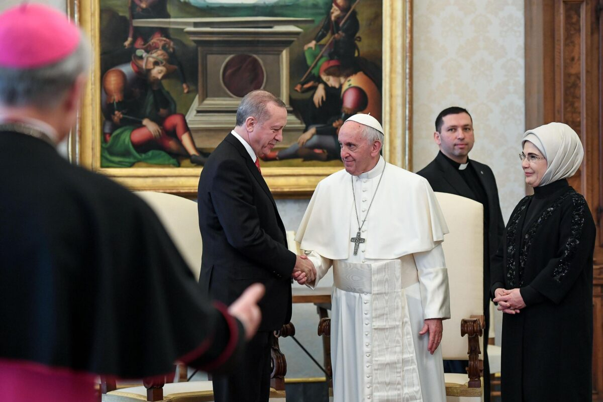 epa06497889 Pope Francis (C) with Turkish President Recep Tayyip Erdogan (L) and his wife Emine Erdogan (R) during a private audience at the Vatican, 05 February 2018. Talks with Pope Francis are expected to be focused on the USA's move of its Israeli embassy to Jerusalem. Erdogan is on a visit to Italy and the Vatican.  EPA/ALESSANDRO DI MEO / POOL