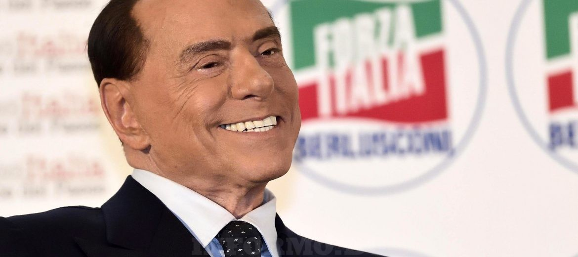 epaselect epa06352169 Silvio Berlusconi, former Italian prime minister and leader of Forza Italia' party, smiles and waves during 'Forza Italia' meeting in Milan, Italy, 26 November 2017. Italy is to hold general elections in 2018.  EPA-EFE/FLAVIO LO SCALZO