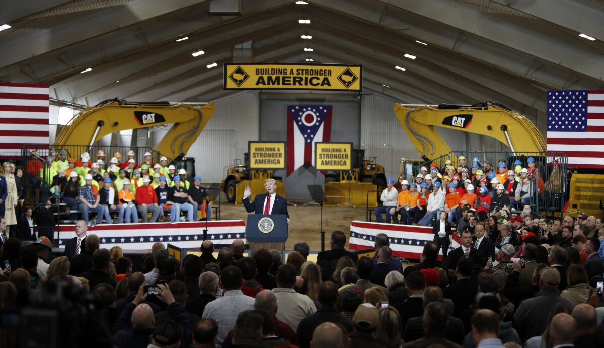 epa06636232 US President Donald J. Trump speaks about his infrastructure plan during a visit to Local 18 Richfield Training Facility in Richfield, Ohio, USA, 29, March, 2018.  EPA/DAVID MAXWELL