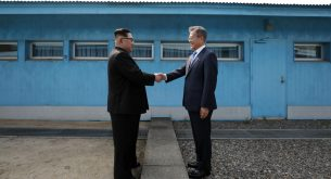 epa06695827 North Korean leader Kim Jong-un (L) shakes hands with South Korean President Moon Jae-in (R) between the military demarcation line (MDL), at the Joint Security Area (JSA) on the Demilitarized Zone (DMZ) in the border village of Panmunjom in Paju, South Korea, 27 April 2018. South Korean President Moon Jae-in and North Korean leader Kim Jong-un are meeting at the Peace House in Panmunjom for an inter-Korean summit. The event marks the first time a North Korean leader has crossed the border into South Korea sine the end of hostilities during the Korean War.  EPA/KOREA SUMMIT PRESS POOL / POOL