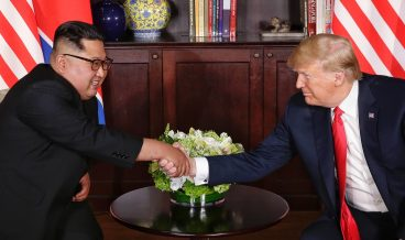 epaselect epa06801378 US President Donald J. Trump (R) and North Korean leader Kim Jong-un (L) shake hands at the start of a historic summit at the Capella Hotel on Sentosa Island, Singapore, 12 June 2018. The summit marks the first meeting between an incumbent US President and a North Korean leader.  EPA/KEVIN LIM / THE STRAITS TIMES / SPH   EDITORIAL USE ONLY