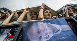 epa06833601 Supporters of Muharrem Ince, Presidential candidate of Turkey's main opposition Republican People's Party (CHP), cheer during an election campaign rally in Istanbul, Turkey, 23 June 2018. Turkey will hold snap presidential and parliamentary elections on 24 June 2018.  EPA/SRDJAN SUKI