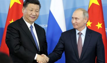 epa07012062 Russian President Vladimir Putin (R) and Chinese President Xi Jinping (L) shake hands during a signing ceremony after their talks at the Eastern Economic Forum in Vladivostok, Russia, 11 September 2018. The Eastern Economic Forum runs from 11 to 13 September 2018.  EPA/SERGEI CHIRIKOV / POOL