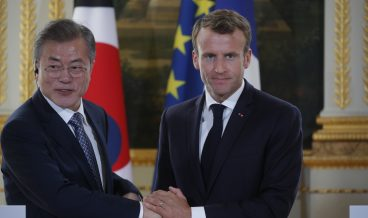 epa07095323 French President Emmanuel Macron and South Korean President Moon Jae-in shake hands during a joint news conference at the Elysee Palace in Paris, France, 15 October 2018. Moon is in Paris for a four-day state visit.  EPA/PHILIPPE WOJAZER / POOL MAXPPP OUT