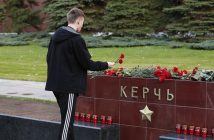 epa07099967 A Russian man lays flowers on the monument to the hero-city of Kerch in the Alexander Garden as a sign of mourning for the dead children at a vocational school in Kerch in Crimea, 17 October 2018. About 18 people were killed and 40 injured in an suspected explosion and shooting in the school. According to the Russian Investigative Committee, an 18-year-old student has committed suicide after allegedly attacking the school.  EPA/MAXIM SHIPENKOV