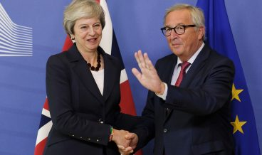 epaselect epa07100056 British Prime Minister Theresa May (L) is welcomed by European commission President Jean-Claude Juncker prior to the EU summit in Brussels, Belgium, 17 October 2018. Theresa May is set to meet EU leaders to discuss a possible Brexit deal.  EPA/OLIVIER HOSLET