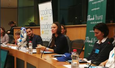 """""""Благодарна съм, че за четвърта поредна година имам възможност да споделя седмицата на програмирането с млади и талантливи програмисти от цяла Европа. Цифровите умения са ключови за успешната ни реализация в обществото и за това подкрепям редица инициативи, които целят да подобрят уменията на европейците."""", заяви българският евродепутат от ГЕРБ/ЕНП Ева Майдел по повод Европейската седмица на програмирането.  В рамките на инициативата Майдел подкрепи две ключови събития: дискусия на високо ниво """"Кодиране за деца"""" с участието на американския посланик Гордън Сондланд и Браян Морин, вицепрезидент на водещия американски производител на авиационна, космическа и военна техника - Боинг. По време на дискусията деца програмисти на възраст между 6 и 16 години разказаха пред  за своите стремежи и постижения в сферата на ИТ и какво биха искали да се промени в образователната програма на училищата.   Второто ключово събитие бе ежегодната дискусия за модернизирането на библиотеките, като места за придобиване на нови знания и умения. """"Всяка изминала година бележи нов ръст на осъществени обучения, които подпомагат цифровата грамотност на гражданите във всяка една възраст. До 2020 г. ще има 500 000 незаети работни места поради липса на кадри с добри дигитални умения. Имаме добри примери на традиционни библиотеки, които предоставят безплатни редовни курсове по програмиране за най-малките, както и курсове за използване на компютър за по-възрастните."""", коментира Ева Майдел."""