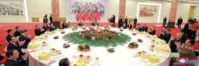 epa07272449 A photo released by the official North Korean Central News Agency (KCNA) shows North Korean leader Kim Jong-un (C) attends a  meeting with his wife Ri Sol-ju (C-L) and Chinese President Xi Jinping (C-R) during his visit in Beijing, China, 10 January 2019. North Korean leader Kim Jong-un is in China at the invitation of Chinese President Xi Jinping from 07 to 10 January with his wife Ri Sol-ju.  EPA/KCNA   EDITORIAL USE ONLY