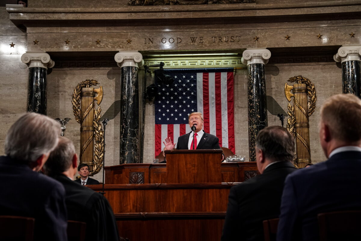 epa07346845 US President Donald J. Trump (C) delivers the State of the Union address, with Vice President Mike Pence and Speaker of the House Nancy Pelosi at the Capitol in Washington, DC, USA, 05 February 2019.  EPA/Doug Mills / POOL