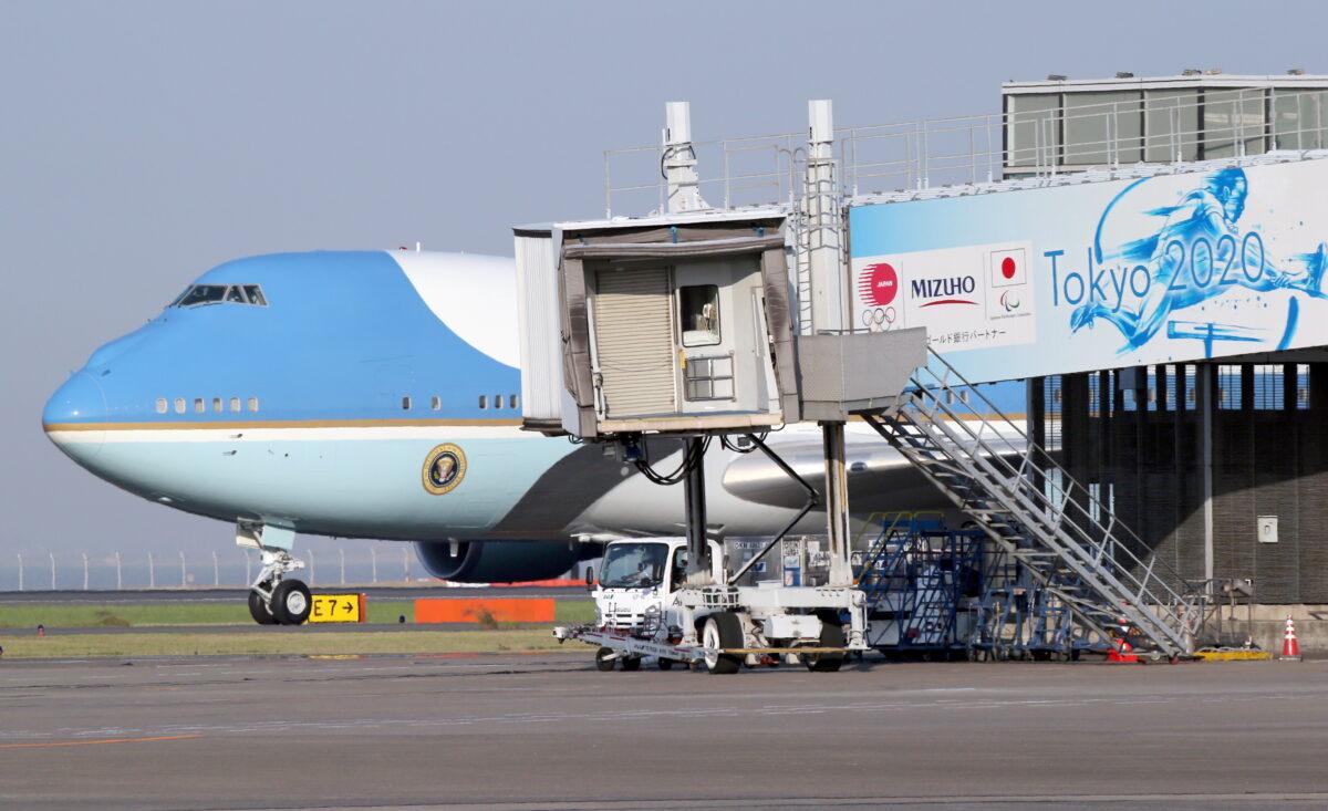 epa07598748 Air Force One, with US President Donald J. Trump and First Lady Melania Trump onboard, arrives at Haneda International Airport in Tokyo, Japan, 25 May 2019. US President Trump is in Japan on a state visit. EPA/KOJI SASAHARA / POOL
