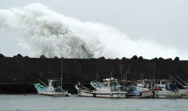 тайфун-Япония-вятър-вълни