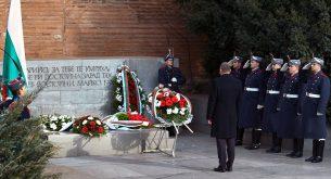Президентът Радев участва в празничен водосвет на бойните знамена и знамената светини на Българската армия (снимки)
