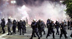 Протестиращи нахлуха в сръбския парламент заради връщането на полицейския вечерен час (снимки)